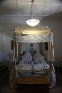 Die hemelbed in die bruidskamer van Die Dorphuis in die Hantamhuiskompleks op Calvinia